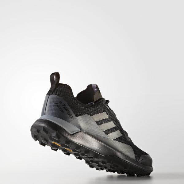 Pánske turistické topánky Adidas Terrex Cmtk Gtx BY2770, trailové topánky do akéhokoľvek terénu. Vznikli v spolupráci so spoločnosťou Continental, vyznačujú sa nepremokavou priedušnou podšívkou GORE-TEX® Mountain King. Adidas Terrex Cmtk Gtx je obuv v klasickom nízkom strihu, na outdoorové aktivity. Podrážka TRAXION